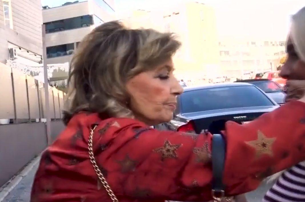 maria teresa campos tapando la boca a una periodista