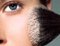 aplicando base de maquillaje