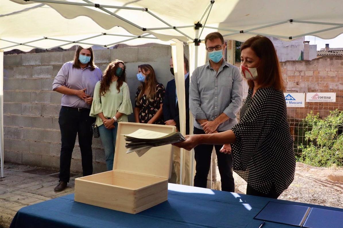 la presidenta del Gobierno Balear en unas obras de vivienda de proteccion oficial